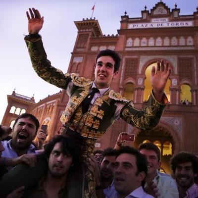 image : Tomas Rufo en triomphe sur la Plaza de Toros - Crédit photo : Archives Bats Pascal